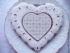Пряник `К торжеству`. Пряничное сердечко в белой глазури с ажурным рисунком станет отличным подарком к любому торжественному событию. Чтобы у Вас была возможность первыми получать информацию о новинках в моём магазине, кликните по…