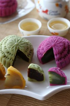 Snow Skin Mooncake - Snowskin mooncake is a non-baked mooncake which is commonly eaten cold and fresh. It has a elastic, chewy and soft skin. It is made of Cooked Glutinous Rice flour (Gao Fen) which you can get at any Asian grocery shops or bakery supply shops. #dessert
