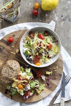 Een frisse makreelsalade met tomaatjes en avocado met verrassende topping. De crispy salad topping is super krokant. De salade is ook lekker op een broodje.
