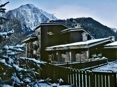 Domina Home Les Jumeaux, Courmayeur situated in the heart of Courmayeur, this year-round resort is enveloped by Europe's highest mountain, Mont Blanc, and set in a spectacular landscape. Split into two buildings, there are 42 suites in one and 43 in the other, with family-friendly facilities including restaurants, a bar, piano bar, children's club, ski room, and Wi-Fi in reception.