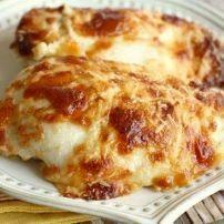 Zwitserse gebakken kipfilet. Mengsel van Parmezaan, zure room, mayonaise en knoflookpoeder.