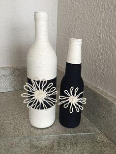 Garrafas decoradas com barbante preto e branco