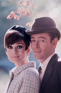 "Peter O'Toole and Audrey Hepburn - ""How to Steal A Million"". Con el paso del tiempo no perdió su encanto: fina, sexy, romántica, divertida."