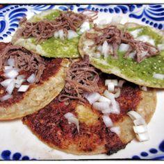 Chalupas en Puebla.  Las chalupas son un tipo de antojitos mexicanos que se consume en conmemoración de la independencia de México. Riquísimas.  http://www.onfan.com/es/especialidades/puebla/meson-sacristia-de-la-compania/chalupas?utm_source=pinterest&utm_medium=web&utm_campaign=referal