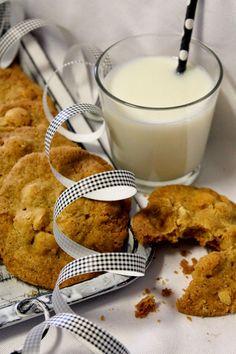 Kakkuviikarin vispailuja!: Valkosuklaa-macadamia cookies