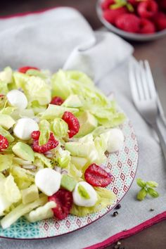 Salade avocat, mozzarella et framboises Lunch Recipes, Fruit Salad, Cooking, Food, Raspberries, Salads, Dinner, Pork Roast, Kitchen