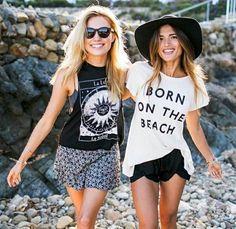 les filles au bord du mer, jolies filles avec t-shirt personnalisé pour les jours chauds
