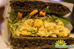 Este sanduíche de salada de grão de bico é tão maravilhoso que já fiztrês vezes seguidas, de tão bom que ficou. Além de delicioso, é nut...