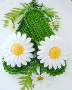 Chinela a crochet Margaritas Crochet Shoes Pattern, Crochet Boots, Crochet Flower Patterns, Love Crochet, Crochet Designs, Crochet Flowers, Knit Crochet, Crochet Flip Flops, Knitted Slippers