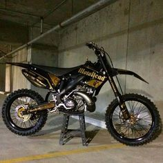 Not usually a fan of gold, but this looks sick. Enduro Motocross, Motorcycle Dirt Bike, Pit Bike, Motorcycle Design, Motorcycle Quotes, Ktm Dirt Bikes, Cool Dirt Bikes, Dirt Biking, Triumph Motorcycles