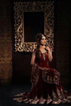 Tons bordeaux dominants dans les robes de mariée indienne (Rani Iman, designer pakistanaise)