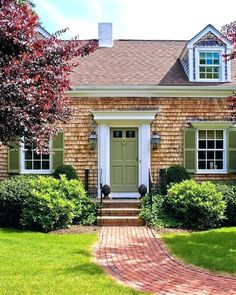 Traditional Spaces Small Brick Ranch With Small Porch Design, Pictures, Remodel, Decor and Ideas - page 3 Green shutters & door Green Front Doors, Front Door Entrance, Front Door Colors, Front Stoop, Garage Entry, Exterior Doors, Exterior Paint, Exterior Design, Traditional Front Doors