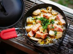 行楽シーズンのBBQにも♡簡単・絶品「即席キャンプ飯」10選 - LOCARI(ロカリ) Hawaiian Pizza, Fruit Salad, Acai Bowl, Side Dishes, Breakfast, Recipes, Food, Camping Cooking, Outdoors