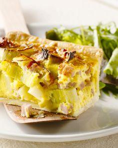 Een echte klassieker is deze quiche met ham en prei. Je maakt het makkelijk zelf, en is heerlijk geserveerd met een frisse, groene salade.