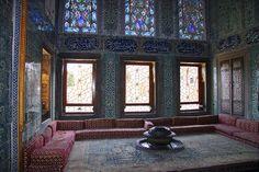Topkapı Sarayı, Osmanlı sultanlarının ikametgâhı, devletin yönetim ve eğitim merkezidir. İstanbul fatihi II. Mehmed tarafından 1460-1478 tarihleri arasında yaptırmış olan ve zaman içerisinde bazı ilavelerin yapıldığı Sarayda