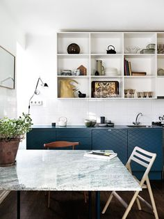 La maison d'Anna G.: Scandinavian kitchen trends - blue and white with open shelves Classic Kitchen, New Kitchen, Kitchen Dining, Kitchen Tips, Kitchen Interior, Home Interior Design, Interior Livingroom, Interior Ideas, Küchen Design