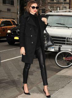 Outro boa combinação é a calça sequinha de couro com o batom vermelho (dois itens super sexy) com o scarpin, que é um clássico.. miranda-kerr-batom-oculos-couro-scarpin