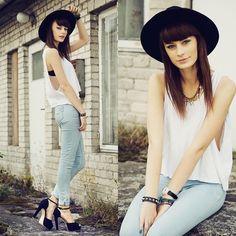 Kolejna propozycja Mademoiselle Kate to idealny zestaw na ostatnie, letnie dni! Z pozoru zwykły biały top połączony został z klasycznymi, jasnymi jeansami. Całość uzupełnia duży kapelusz, bransoletki i ciekawy naszyjnik. Musicie przyznać, że połączenie to wygląda naprawdę dobrze!