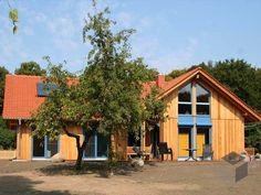 Rosi 2 (KfW-Effizienzhaus 55) von Dammann-Haus mit 139,60 m² Wohnfläche verteilt auf 7 Zimmer. Mehr Infos einholen auf der #Fertighaus Webseite: https://www.fertighaus.de/typen/bungalow/?utm_source=Pinterest&utm_medium=Pinterest&utm_campaign=Bungalow&utm_content=Bungalow  Fertighaus, Einfamilienhaus, Fertigteilhaus, Eigenheim, Fertigbau, Bungalow, Barrierefreies Haus, Bungalow bauen, Winkelbungalow, Barrierefrei, Hausbau
