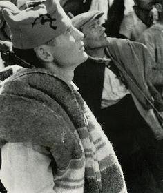 Cordoba. Cerro Muriano. Finca Villa Alicia. 5 de Septiembre 1936. Hecha por Robert Capa y Gerda Taro...o  Endre Friedmann y Guerta Pohorylle sus verdaderos nombres.  El miliciamo anarquista lleva en su gorra la hoz y el martillo; no significa su pertenencia sl Partido Comunista sino que es un símbolo que era utilizado también con frecuencia en las gorras anarquistas de la CNT y de la FAI junto con lss letras U.H.P. (Unión de Hermanos Proletarios.)