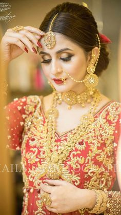 Awesome look.but the Jewellery is just wow. Bridal Mehndi Dresses, Pakistani Bridal Wear, Indian Bridal, Wedding Dresses, Bridal Makeup Looks, Bridal Hair And Makeup, Bridal Looks, Bollywood Wedding, Bridal Photoshoot