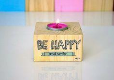 PORTAVELAS  Hemos creado estos porta velas con mucho amor, poniéndole a cada uno una frase especial para sacarte una sonrisa. Todos ellos están estampados y pintados a mano con diseños originales y exclusivos de Kiliart.