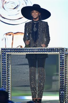 Pin for Later: Beyoncé Showed Up Just in Time to Accept Her Icon of the Year Award in a Totally Legendary Look
