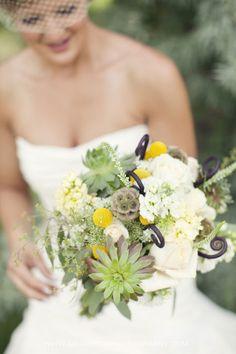 bukiet ślubny: lewkonia, drakiew, kraspedia, róża, przetacznik, eszeweria, chryzantema