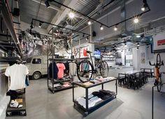 Brinkworth fue encargado por la marca de ropa de ciclismo Rapha para desarrollar el Rapha Cycle Club en un espacio que reflejara los valores...