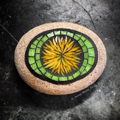 Mosaic Stones, Mosaic Rocks, Mosaic Art, Mosaic Garden, Rock Design, Adult Crafts, Painted Stones, Stone Painting, Stained Glass