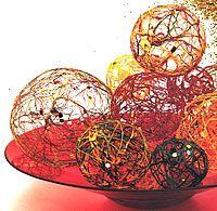 Fiche créative Noël - Boules en ficelle  http://www.creaclic.ch/fichesnoel/FCnoelbouleficelle.php