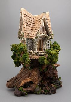 Good Sam Showcase of Miniatures: Mel Yost (Mel's Miniatures) - Tiny tree house made with all natural materials, quarter-scale. Miniature Trees, Miniature Houses, Miniature Fairy Gardens, Miniature Dolls, Fairy Village, Fairy Tree, Figurine Warhammer, Gnome House, Fairy Garden Houses