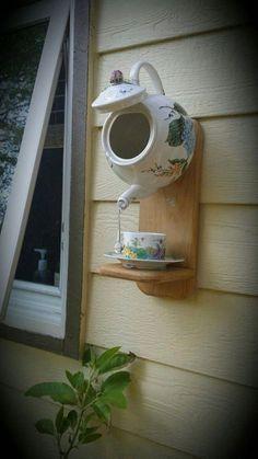 Teapot birdhouse feeder inspired by pintrest more diybirdhouse Garden Crafts, Garden Projects, Garden Ideas, Teapot Birdhouse, Diy Bird Feeder, Bird Houses Diy, Deco Boheme, Bird Boxes, Glass Garden