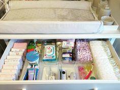 Na primeira gaveta da cômoda sempre organizamos os itens que a mamãe utilizará…