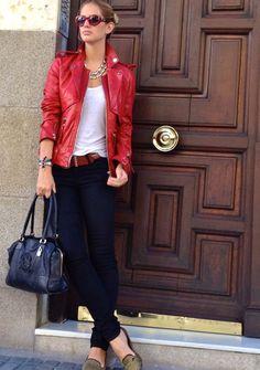 Hola amigos, ¡qué bien que sea viernes! Hoy me ha apetecido ponerme esta chaqueta roja de cuero de Karl Lagerfeld ¿qué os parece?