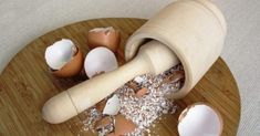 Güzellik ve cilt bakımı için birçok doğal maske tarifi bulunmaktadır. Bunlardan bazıları adeta çöp olarak nitelendirdiğimiz malzemelerden yapılmaktadır. Yumurta kabuğu maskesi bu maskelerden birisidir. Yumurta kabuğu maskesi onlarca faydası ile cildinizin en büyük dostu oluyor ve bununla birlikte son derece güzel, alımlı bir görünüme kavuşmanız için sizin en büyük yardımcınız oluyor. Evde hazırlayacağınız cilt bakımı … Hair Beauty, Diy Crafts, Herbalism, Public, Health Fitness, Natural Cosmetics, Home Remedies, Health And Wellness, Make Your Own