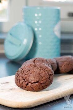 Chocoladekoeken (of chocolade chocolate chip cookies) - Deze zelfgemaakte koeken met extra veel chocola wil je echt niet missen! Het recept is te vinden via de bron.  #koekjes #chocoladekoekjes #chocolatechipcookies #recept #bakken