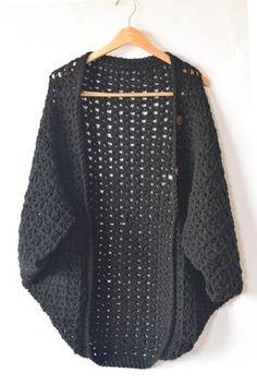 DIY: buttoned crochet blanket cacoon Crochet Sweaters, Crochet Shrugs, Easy Crochet Shawl, Crochet Blanket Size, Simple Crochet Blanket, Crochet Blanket Stitches, Crochet Shawls And Wraps, Diy Crochet Cardigan, Diy Crochet Clothes