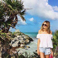 Pin for Later: 17 Fotos von Mode-Bloggern, die genau verraten was man für einen Urlaub packen sollte  Für den richtigen Teint sorgen schulterfreie Tops in Kombination mit Shorts. Ein relaxter Look für Tagesausflüge.