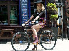 stylish girl on a bike. Cycle Chic, Online Bike Shop, F4 Phantom, Bicycle Girl, Bike Style, Jolie Photo, Sexy, Ideias Fashion, Cool Outfits