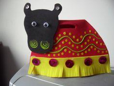 """No dia 22,às 10h e, às 15h, e no dia 24, às 10h, na Biblioteca Pública Thales de Azevedo, será contada a história do """"Bumba-meu-bois"""", depois, as crianças irão confeccionar máscaras com a imagem do personagem para dançar com o boi."""