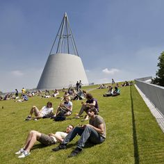 No better way to take a break from your studies than to hang out on the roof of the iconic Delft University of Technology Library  at the TU Campus #greenroof #library #tudelft #dutchdesign #architecture #delft #mecanoo #parklife #spring #netherlands #librarylife - photo by @machteld_schoep