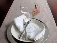 Tee itse paikkakortit #juhlat #juhlakattaus #paikkakortit Place Cards, Table Settings, Table Decorations, Tableware, Dinnerware, Tablewares, Place Settings, Dishes, Dinner Table Decorations
