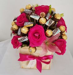Arreglo de rosas rojas y chocolates Candy Bouquet Diy, Gift Bouquet, Birthday Party For Teens, Birthday Party Decorations, Saint Valentine, Valentine Gifts, Mothers Day Chocolates, Chocolate Flowers Bouquet, Flower Box Gift