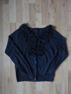 Saquito de lana, cashmere y alpaca, cuello redondo con volados levemente metalizados plateados #akiabara #ComoNuevo #ModaSustentable. Compra esta prenda en www.saveweb.com.ar!