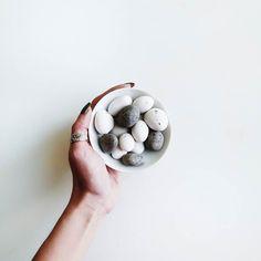 """http://ift.tt/2f7HXFa // Guten Morgääähn... Na... Seid ihr schon wach?  Der Knirps hat gestern fette Beute gemacht bei seiner Gruselrunde durchs Dorf. Jetzt ist hier alles voll mit Süßkram  Ich dagegen habe beim Einkaufen diese """"Steine"""" entdeckt und gleich so: """"Uuuuuhhhh what does this button dooooo"""" Sind die nicht schööön? Das sind getrocknete Aprikosen mit Zuckermantel. Leider konnte ich nur genau einen davon essen bevor Kleinmiez sich ganz breit auf das Schälchen setzte  Wenigstens konnte…"""