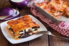 Le lasagne melanzane e mozzarella sono un primo piatto al forno molto goloso! La pasta ricca di ingredienti necessita poca besciamella nulla togliendo alla cremosità del piatto! Perfette per i pranzi estivi all'aria aperta e in qualsiasi momento se ne abbia voglia!