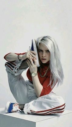 Billie Eilish is the POP sensation we never knew we needed! From her killer streetwear fashion to her silvery-blue-grey hair, her whole energy is so badass. not to mention how incredibly talented Billie Eilish, Blue Grey Hair, Streetwear Mode, Streetwear Fashion, Outfit Des Tages, Poses Photo, Best Friends Forever, Belle Photo, Music Artists