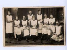 Groepsfoto van boetsters 'op de schuur' te Vlaardingen, een (onbekende) boetzolder, waaronder N. van Everdingen-van IJperen (2e van links). 1925-1935 #ZuidHolland #Vlaardingen