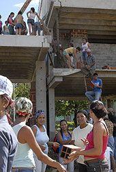 Mujeres trabajan en la construcción de un edificio